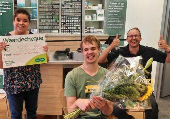 Woongroep Huizer-maatjes ontvangt cheque van Specsavers